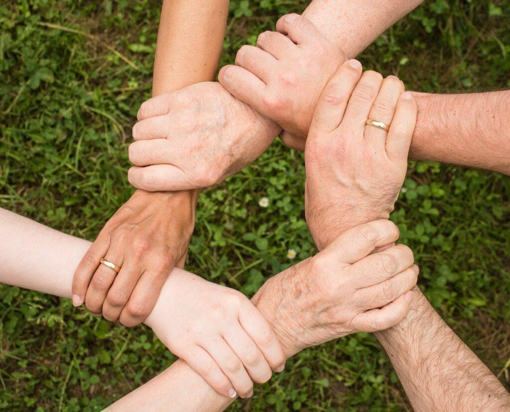 mains se tenant par les poignets