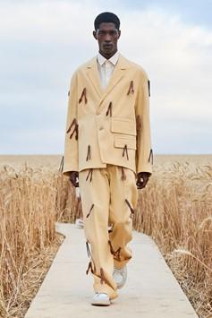 Une image contenant extérieur, herbe, homme, marchant  Description générée automatiquement
